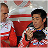 Before the race he discusses tactics with team manager Ernesto Marinelli.